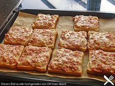 Pizzatoast Zutaten 200 g Schinken 200 g Käse (gerieben, z. B. Emmentaler, Gouda) 1/2 Becher Sauerrahm 1 TL Pizzagewürz 6 Scheibe/n Toastbrot