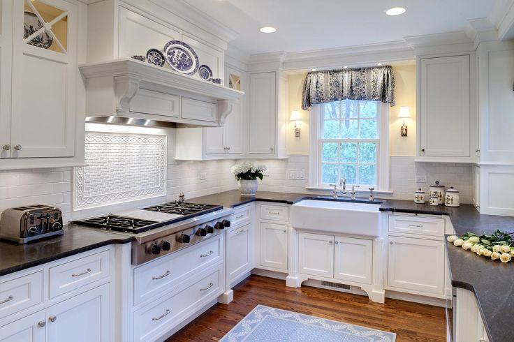 cucina bianca con ripiani neri