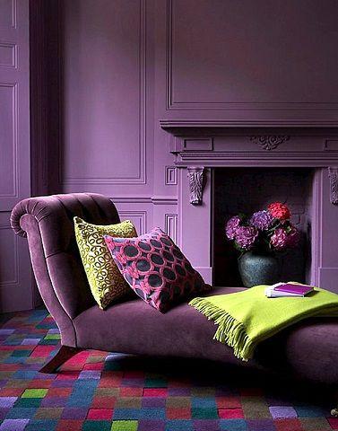 renk renk dekorasyon fikirleri mobilya duvar perde yastik hali renk uyumu uzanma koltugu mor sari