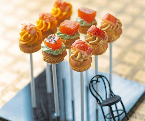 Si vous recevez des invités, proposez leur en apéritif une farandole de sucettes apéritives. Parfait pour commencer une fête.