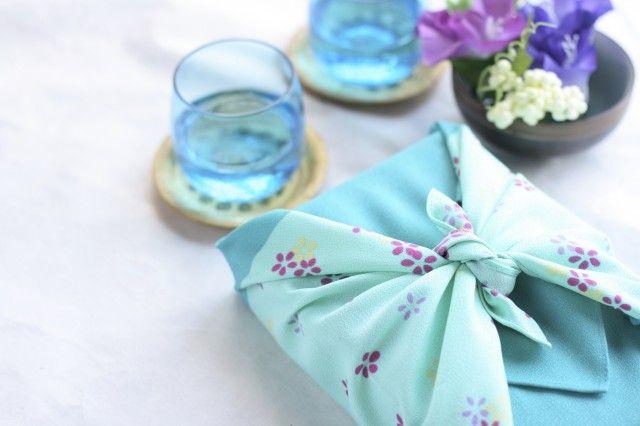 Il furoshiki, un'antica tecnica per imparare a realizzare borse e pacchetti con foulards