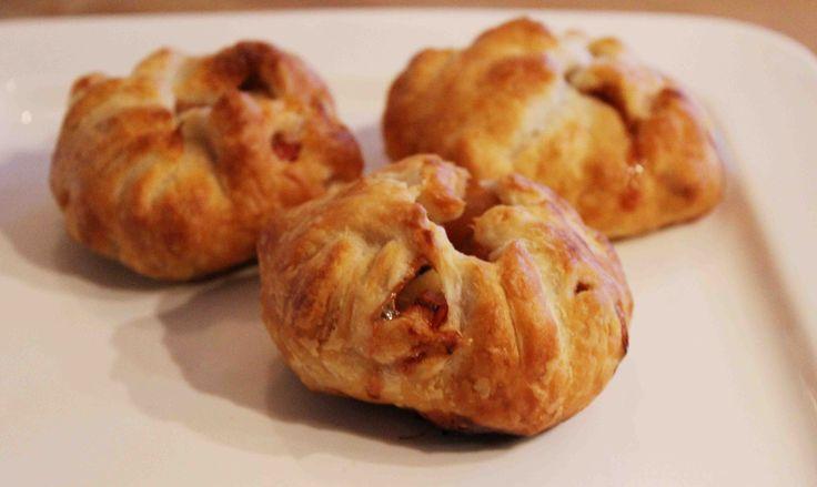 """Af en toe mag je je vrienden of familie – en vooral jezelf – best verwennen met wat lekkers. Maak dan deze gezellige oer-Hollandse appelhapjes met walnoten en kaneel! Super simpel om te maken en ze bevatten een stuk minder suiker en vet dan de taart die je haalt bij... <a href=""""http://cottonandcream.nl/appelhapjes-met-walnoten-en-kaneel/"""">Read More →</a>"""