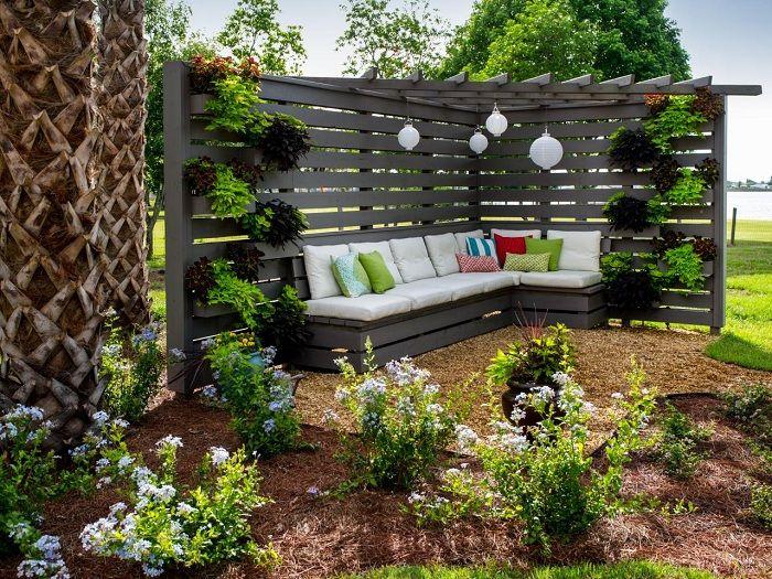 Деревянная беседка - угловая конструкция, которая создает укромный уголок в саду.