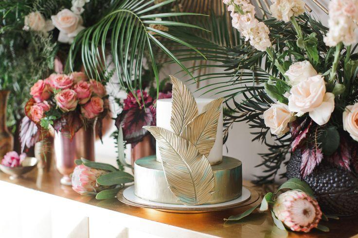 Торт украшен золотыми пальмовыми листьям, благодаря чему он замечательно поддерживает общий стиль Городских Тропиков. В кадре одновременно сладкий стол и стильная фотозона.  #свадебноеагентство #свадебноеагентствомосква #свадебноеагентствобеззабот #организациясвадеб #свадебныйорганизатор #люблюсвоюработу #утроневесты #невеста #свадьба #торт #свадебныйторт #молодоеагентствосмноголетнимопытом #cake #weddingcake #wedding #bride