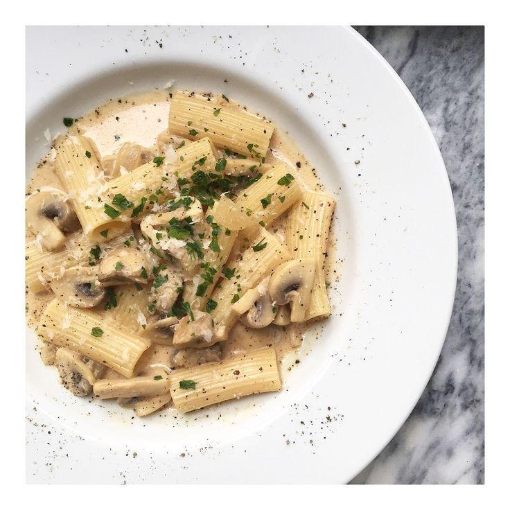 Champinjonpasta med vitt vin och parmesan: Valfri pasta (jag tog rigatoni då det blir gott när såsen hamnar inuti pastan) Champinjoner Schalottenlök Vitlök Gräd