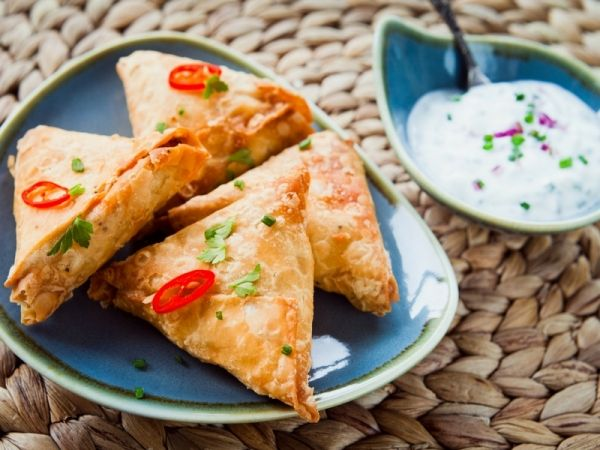I samosa di verdure: la ricetta indiana dei triangolini fritti ripieni di verdure, semplice e gustosa