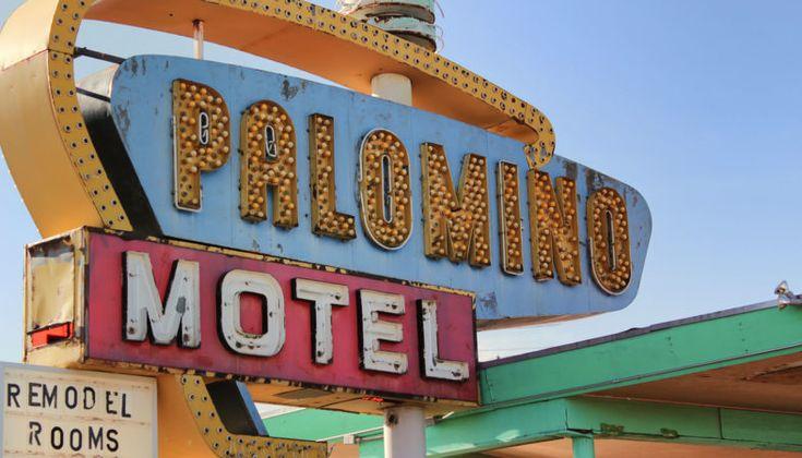 Palomino Motel, um dos muitos letreiros de neon que iluminam a Rota 66 em Tucumcari no Novo México