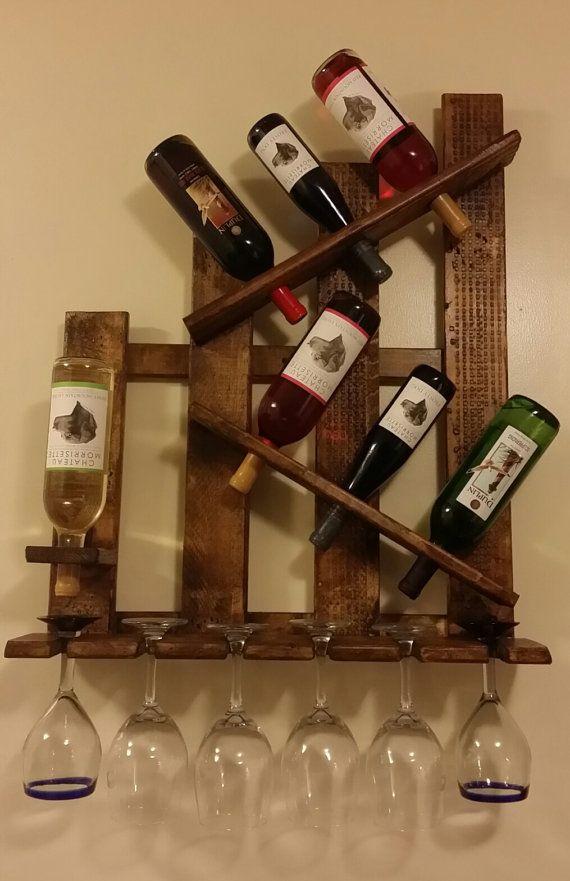 MANO HECHA A MANO EN LOS E.E.U.U.  Único madera maciza reciclada apenado Soporte de botella de vino + Copa de vino   Montado en la pared. Plataforma ha sido lijar luego teñida y sellado.  Dimensiones totales: 25 de ancho x 6 1/2 de profundidad Tiene 7 botellas de vino y 6 copas de vino Madera maciza No MDF o sustituto delgado  Vasos y botellas de vino de tamaño estándar de ajustes.  Por favor espere hasta 7 días hábiles para el manejo de tiempo para cada estante del vino ordenado. Cada…