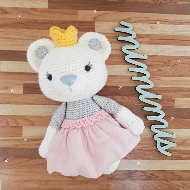 Eu estou amando essa princesa e o meu novo Mimimis também, ele foi feito pela talentosa @lalinha.decor uma pessoa tão linda, tão fofa, que só tenho á agradecer por conhece-la e ter um pouquinho dela aqui na Mimimis! ♡ . . . . . . . Padrão Amalou Designs #amigurumi #ursinha #ursinhadecroche #maedemenina #ludico #bear #quartodemenina #contodefadas #universoinfantil #decoracao #bichinhodecroche #ursalovers #decoracaodefesta #maternativa #babyroom #kidsroom #maternidade #ursinhabailarina…