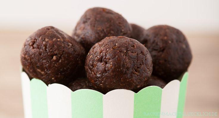 Einfaches, schnelles Rezept für tolle gesunde Schokopralinen ohne zugesetzten Zucker. Die rohe und vegane Süßigkeit besteht aus Datteln und Kakao.