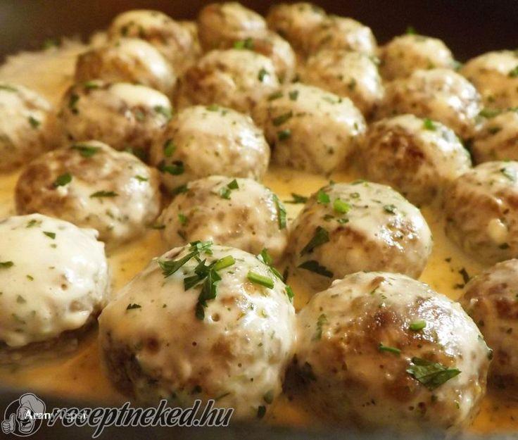 Hozzávalók: Gombócokhoz: 30 dkg darált sertéshús 1 kisebb tojás 3 púpos ek…