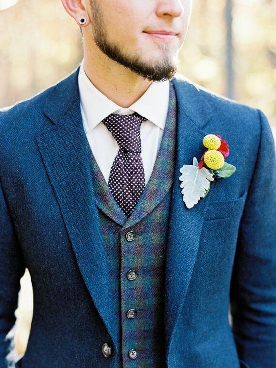 ブルーのツイードスーツに同系色のツイードベストを組み合わせた着こなし