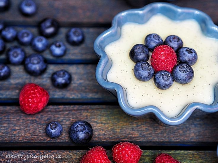 Domácí pudink ze žloutků, škrobu a mléka. Příchutě lze měnit přidáním kakaa, malinové šťávy, jogurtu či aroniového sirupu. Nadýchanost lze řešit vmícháním vyšlehaného sněhu z bílků (spíš pro dospělé). V postupu přidáváme jeden žloutek a nejdřív pořádně vymícháváme žloutky s cukrem, pak přidáme tu malou část mléka. Množství vyjde na 4 skleničky a 1 maličkou misku.