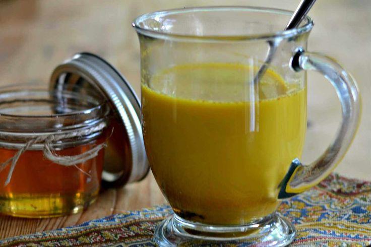 Thee voor weerstand  gerecht: drankje aantal: 1 persoon tijd: 10 minuten Ingrediënten      250 ml amandelmelk of rijstmelk     2 tl kurkuma, gemalen     1 tl verse gember, geraspt     1 tl rauwe honing  Bereidingswijze  Verwarm de amandelmelk zachtjes in een steelpan, maar laat niet koken. Voeg de kurkuma en de gember toe. Roer goed, zodat de kurkuma volledig wordt opgenomen door de melk en er geen klontjes achterblijven. Breng op smaak met de rauwe honing en drink!