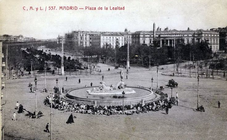 Plaza de la Lealtad en 1908. Aún no se ve construido e Hotel Ritz. Son muchos os hombres que se sientan alrededor de la fuente de Nepuno, algo poco común