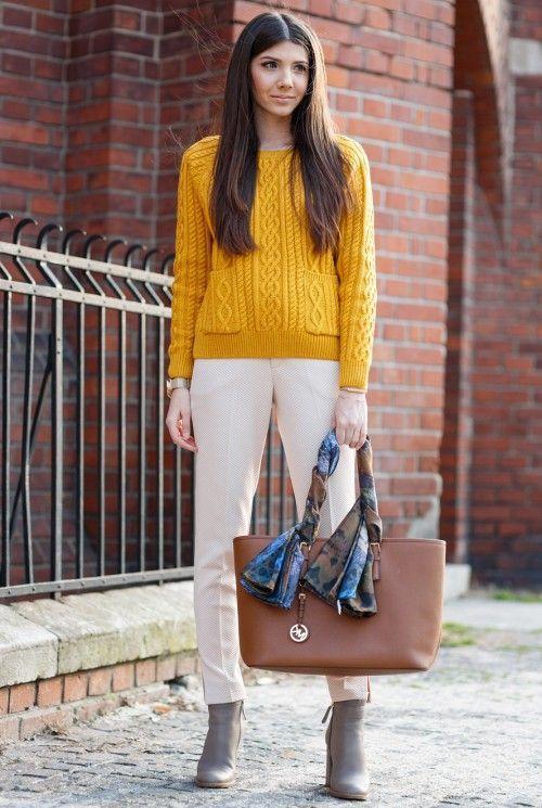 Белые брюки, горчичный пуловер, оранжевая сумка, серые ботильоны