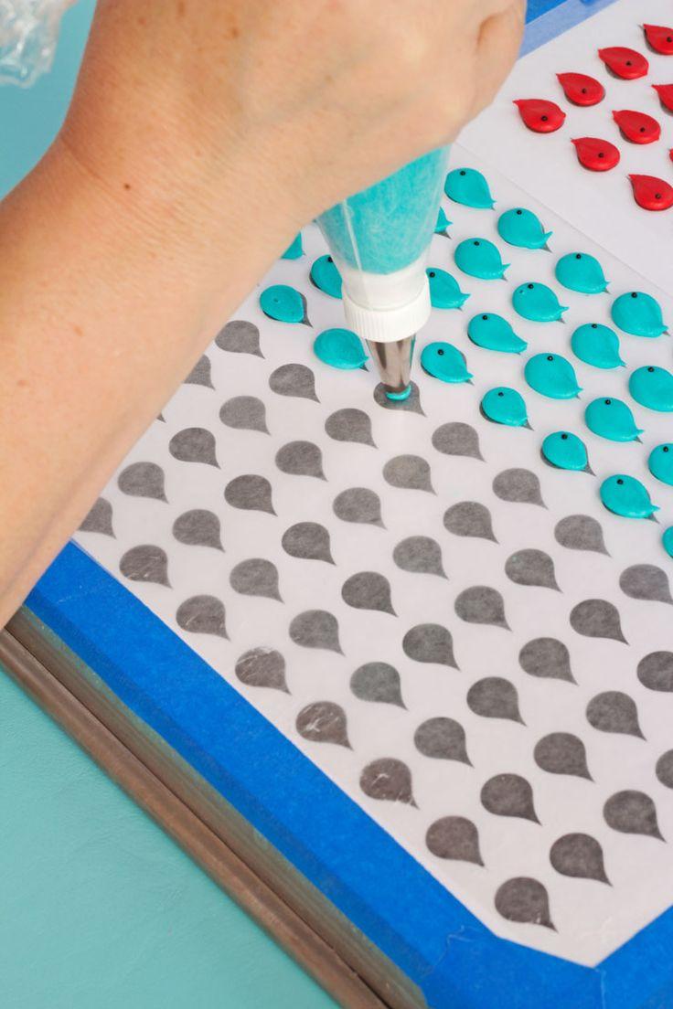 Cómo hacer Pretty Blue Bird Royal Icing Transferencias vía www.thebearfootbaker.com