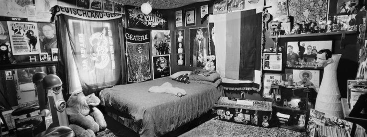 Fotógrafo registrou 40 quartos - intocados ou arrumados pelos pais - de soldados mortos dos E.U.A, Canadá e Europa. As fotos resultaram no livro Bedrooms of the Fallen.