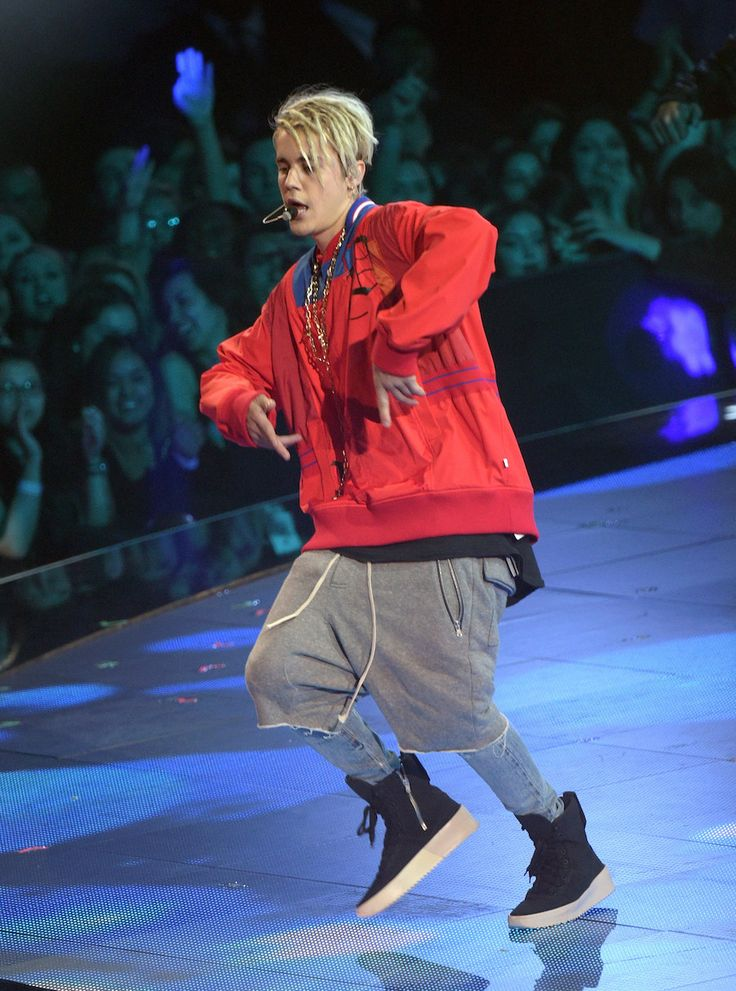 Serious Question: What The Hell Is Going On With Justin Bieber's Outfit Here?