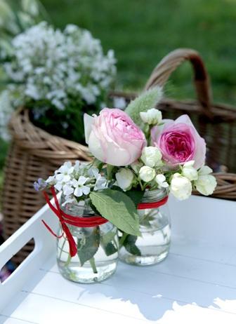 Mini-bouquets champêtres dans leur petit pot de verre.