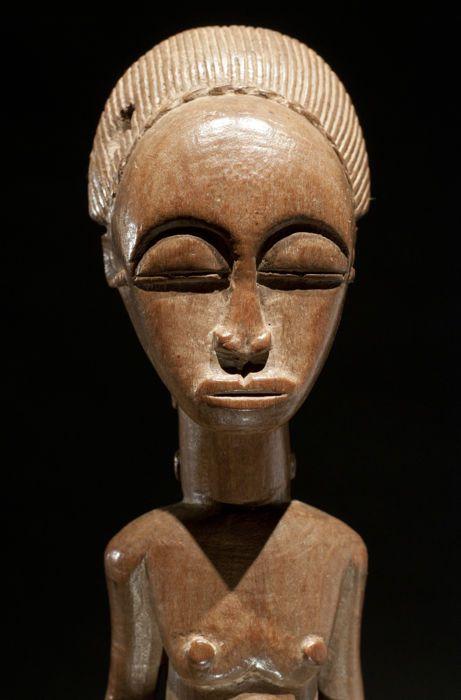 """""""Blolo bian"""" beeldje - BAULE - Ivoorkust  BAULE cultuur Ivoorkust.Hout. Hoogte: 37 cm.Mooie Blolo bian beeldje dat een echtgenoot uit het hiernamaals aangeeft. De sculptuur is majestueus en fijn gesneden. Met littekens op de hals en op de buik. Prachtig gezicht en mooi kapsel. Met een patina van een honing kleur. Rond 1950. Geplaatst op een stand.Herkomst: Privécollectie Duitsland.Een professionele factuur met een foto van het item evenals de bovengenoemde beschrijving zal worden geleverd…"""