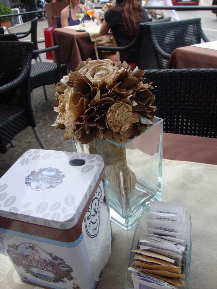 Dried flowers at the coffee bar in Peschiera del Garda (Italy) Fiori secchi con cortecce per il tavolino di un bar - Photo by LUisella Rosa http://unpiccologiardino.blogspot.it/