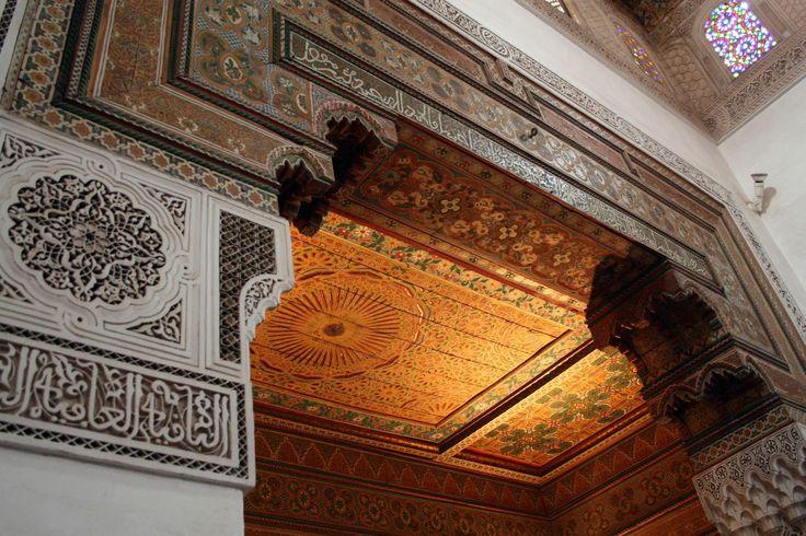 L'ingresso al mihrab è circondato interamente da gesso scolpito, impianti radianti a motivi geometrici di apertura a forma di scarpa nella nicchia ottagonale. La nicchia del mihrab che sporge oltre il muro della qibla è sormontato da una cupola muqarnas gesso scolpito. http://www.medersa-ben-youssef.com/it/