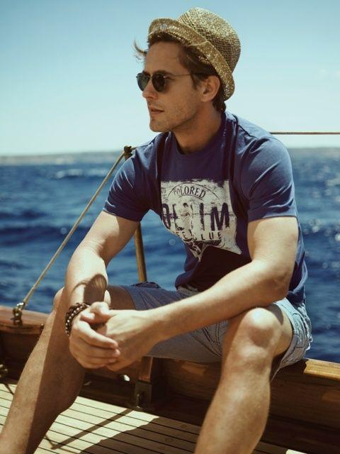 ¿Días de calor? una camiseta sencilla con unos pantalones cortos y algunos complementos harán que no pases desapercibido sin renunciar a la comodidad