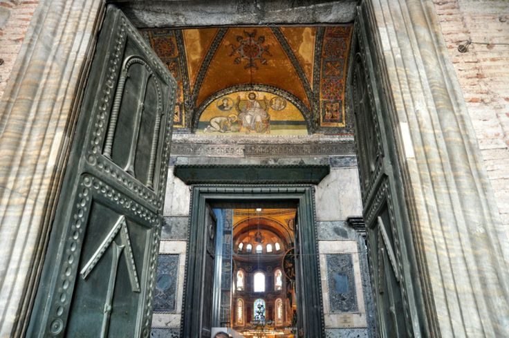 This blog post offers you a short Istanbul tour through beautiful photographs. Hagia Sophia, Topkapi Palace, Grand Bazaar and all the famous landmarks of Istanbul. Worth to spend some minutes! Hope you'd enjoy it!