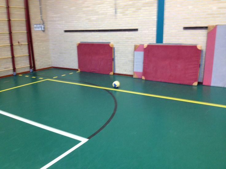 Tweetalvoetbal. Meerdere doeltjes (matten). Per doeltje een tweetal. Probeer bij elkaar te scoren.