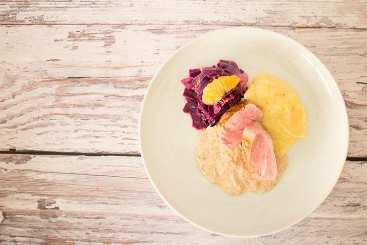 Schweinefilet vom Duroc-Schwein mit Parmesan Kartoffelstampf, Orangenspitzkohl und Parmaschinken-Pancetta Sauce