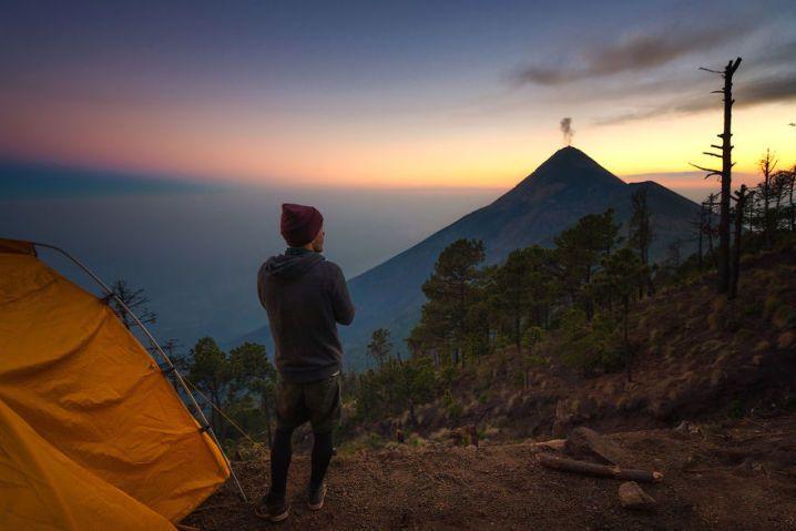 Que lindo! Fotógrafo captura vulcão em erupção e Via Láctea na mesma foto | Virgula