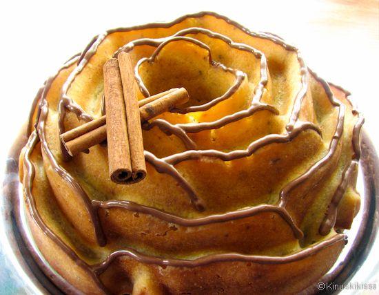 Taikina: 225 g voita tai margariinia 2 ½ dl fariinisokeria (tai tavallista sokeria) 3 munaa 5 dl vehnäjauhoja 2 tl ruokasoodaa 1 rkl vaniljasokeria 1 rkl kanelia 1 ½ rkl kardemummaa 1 ½ tl inkivääriä 3 dl piimää Kaneli-suklaakuorrutus: n. 75 g maitosuklaata 1 tl kanelia Vatkaa voi ja fariinisokeri vaahdoksi. Sekoita munat joukkoon yksitellen. […]