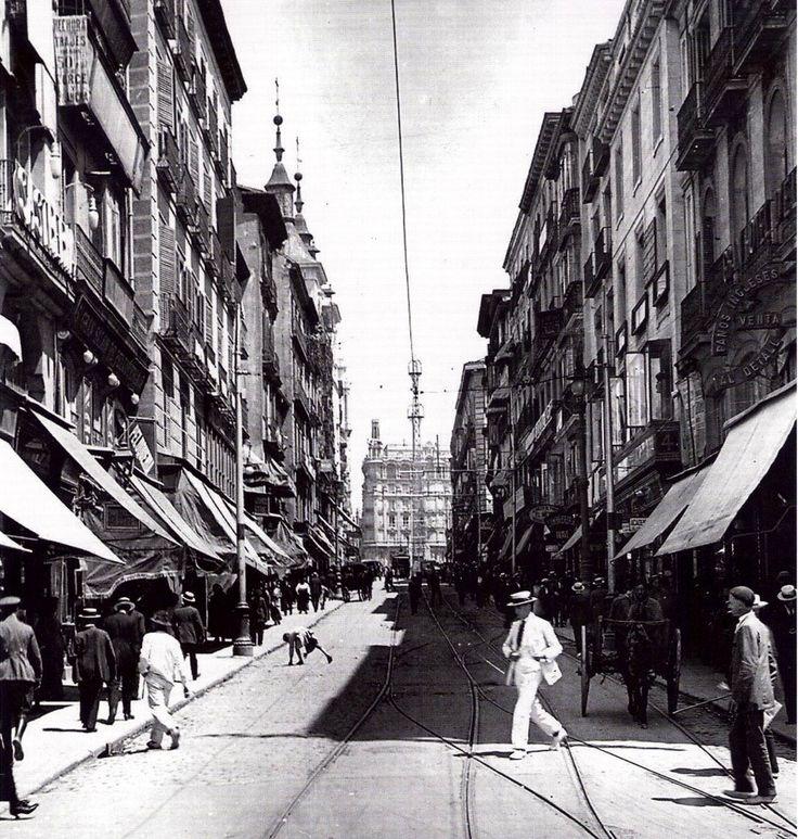 Calle de la Montera en 1930, con la iglesia de San Luis