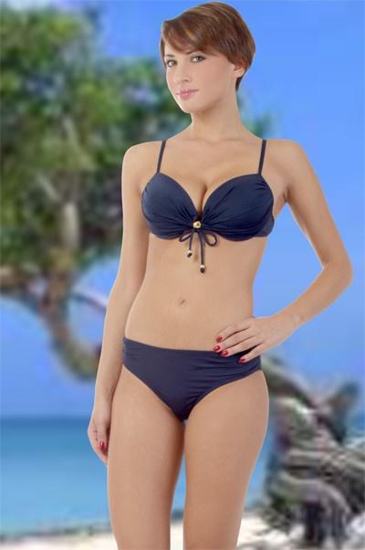 Abbigliamento da donna          http://www.abbigliamentodadonna.it/bikini-elegante-pezzi-p-674.html  Cod.Art.000765 - Bikini elegante a due pezzi per una donna trendy che si distingue per il suo buon gusto. Il reggiseno e' arricchito dalla lavorazione a plisse' ed impreziosito da un fiocco molto glamour al centro con borchie dorate che lo rendono molto chic.