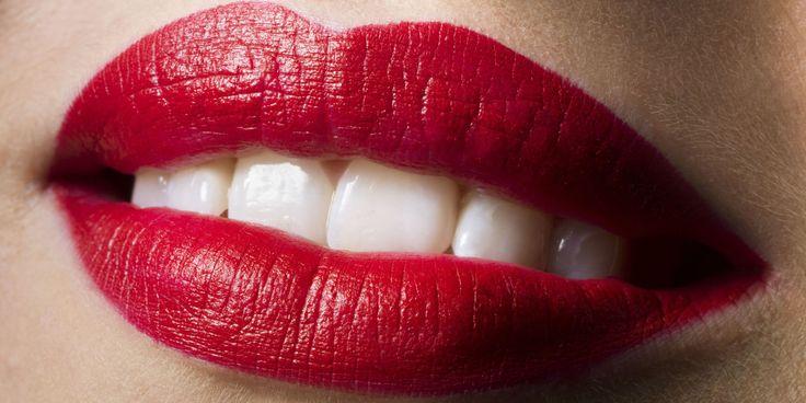 Rode lippenstift is een tijdloze make-up trend. Het ziet er goed uit op elke huidskleur, omdat het kan worden gedragen in verschillende tinten.