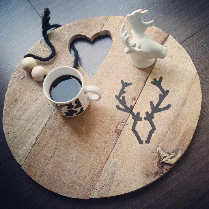 Woonkamer || witwonen hout natuurlijk plank rendier koffie zwartwit scandinavisch