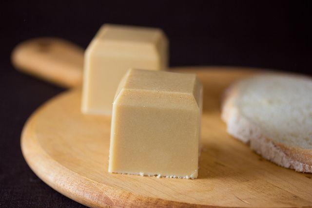 Manteiga Vegana de Missô e Tahine com Estragão Ideal para cozinhar e assar crostas de torta, pizzas e até mesmo biscoitos. É mais sólida do que a margarina.  Veja receita em:   https://www.facebook.com/vegetarianossim?ref=hl