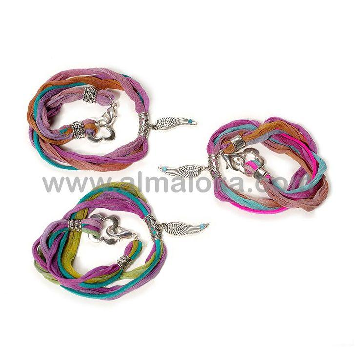 PULSERA WING  Pulsera con cinta sari de seda de la India multicolor, cordón de antelina y charm de pluma en color plata vieja con bolita facetada de cristal turquesa. Lo puedes usar también como collar.  Nota: al tratarse de piezas únicas hechas completamente a mano, el diseño y color del sari pueden variar, respetando siempre el modelo original. http://www.almaloka.com/producto/pulsera-wing/