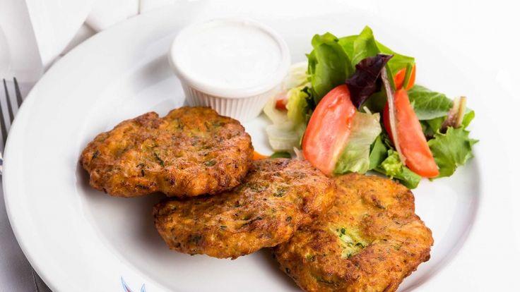 Cibo greco, cucina greca, polpette greche con Feta, zucchine menta e aneto