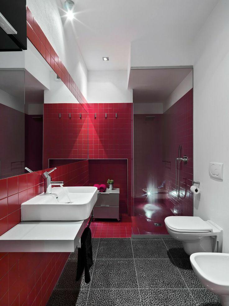 Nel bagno il lavabo rettangolare poggia su un piano sospeso. Il box doccia in muratura è schermato da un pannello vetrato, mentre la nicchia di fianco è sfruttata per inserire una piccola cassettiera su ruote. #casa #cosedicasa #arredamento #arredamentocasa #design #home #house #bagno #bathroom #Grohe #casalgrandepadana