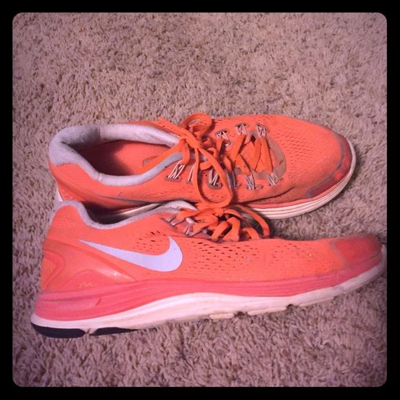 Super cute Nike shoes Barely worn.. But a bit dirty. Super cute and comfortable. Nike Shoes Athletic Shoes