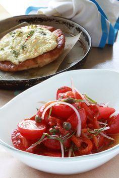 Τομάτες και ψητές κόκκινες πιπεριές με βασιλικό και πίτες φουρνιστές με κατσικίσιο τυρί και σκόρδο