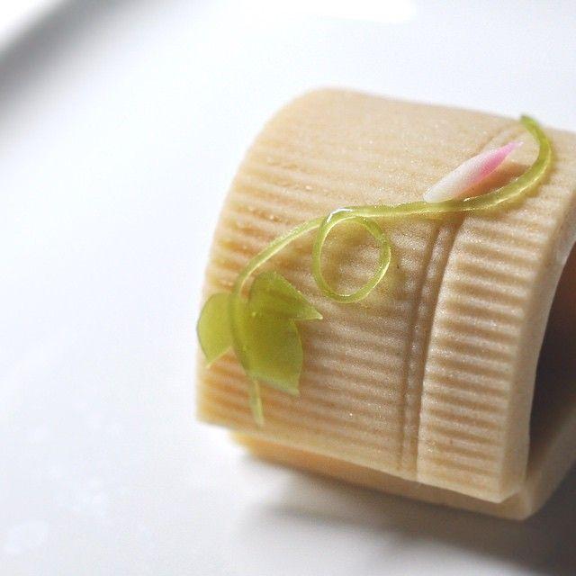 一日一菓 「朝顔」 煉切製 本日は、「朝顔」です。 まだ季節には少し早いですが、 あえて花そのものを描くのではなく、 朝顔の風情を描いてみました。 つぼみは、箸で切る技法を用いて描いています。 よく「笹」を表現する技法として用いられる技法です。