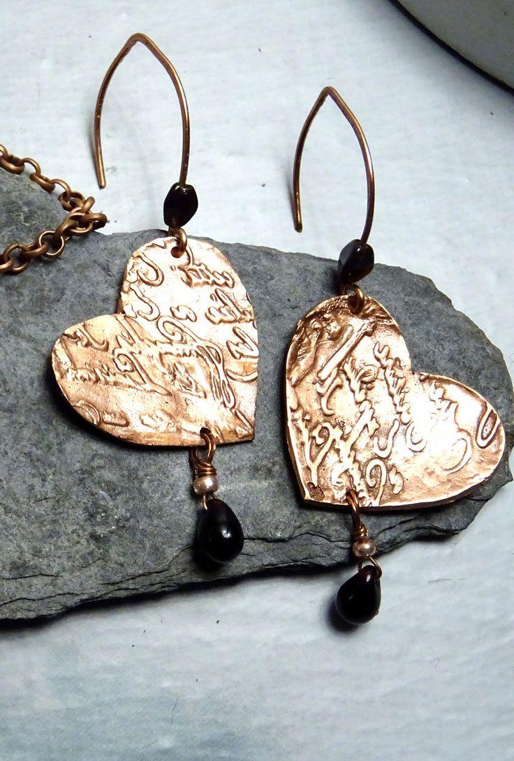 boucles d'oreille la lettre forme coeur fait main metal brossé collection les cuivres antiques : Boucles d'oreille par perea-bijoux