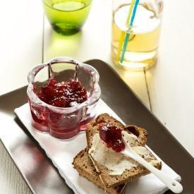 Marmellata di ciliegie con burro salato e pane nero. Condivisa da: http://www.lacuocavolante.com/