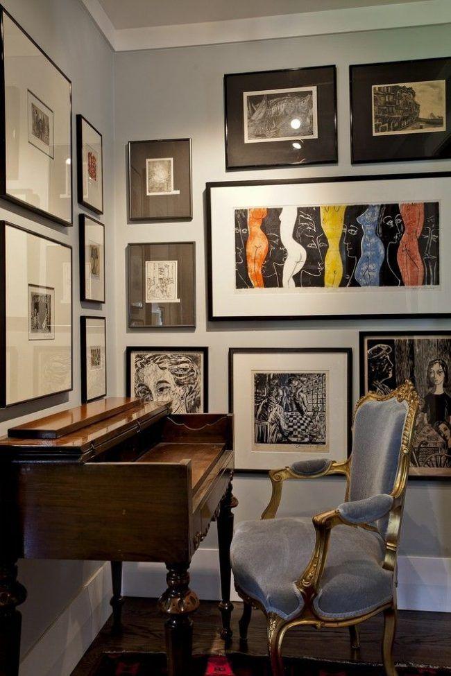 Домашний офис с винтажной мебелью: лакированный стол с резными ножками и классическим бархатным креслом. Контрастные черные рамки на светло-серой стене