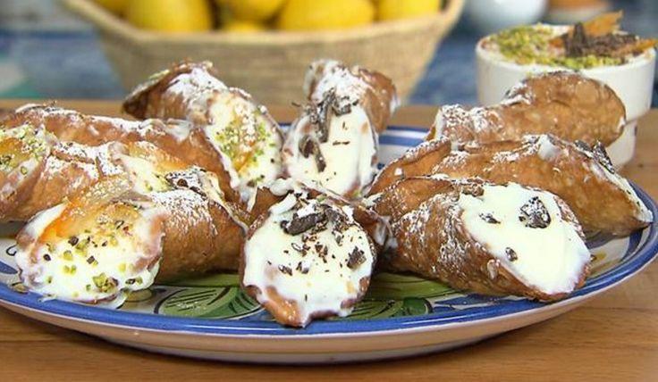 """La ricetta dei cannoli siciliani di Santo e Addolorata, da una delle puntate di """"Masseria Sciarra"""", il programma di Alice Tv dedicato alla cucina siciliana."""