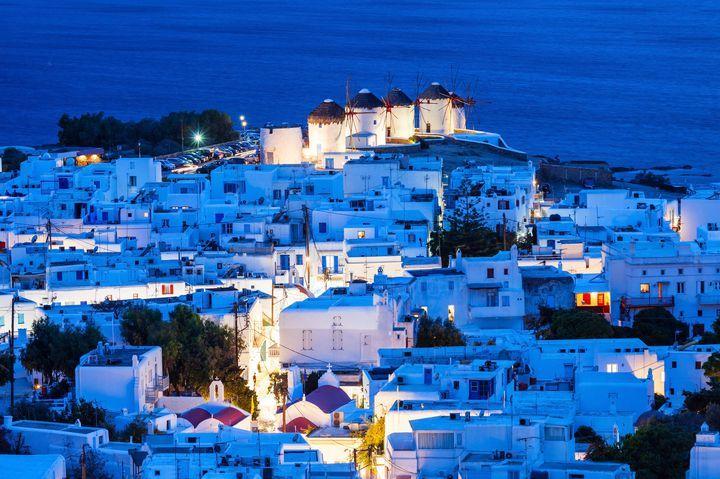 ギリシャの首都アテネの南東、多島海と呼ばれるほど多くの島々が存在するエーゲ海に浮かんでいるミコノス島。青空と海に包まれるような白壁の家々と、丘の上に立ち並ぶ可愛い風車がなんといっても魅力的!(・ω・)☆それだけではなく、ミコノス島には一日中遊びつくせる魅力がたくさんなのです!!