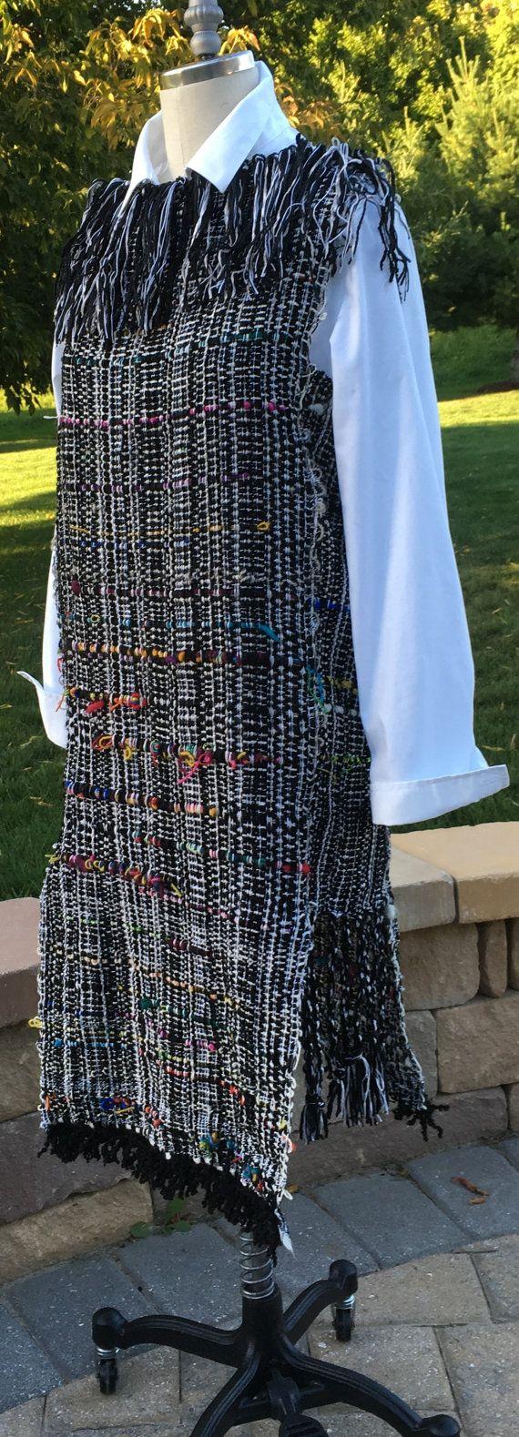 Ideal para trabajo o... de noche mira muy fuerte en este giro en un clásico! Pesado y hecho principalmente de fibras de algodón y lana chenille hilados mano tejida en un telar de Saori... tonos negros, blancos y gris con sorpresa color hilos tejidas a través hacia fuera. Línea del cuello de flecos divertido. El vestido está inspirado en una forma de vestido de tamaño 8, cabrá tamaño 2 - slim mejor 8.
